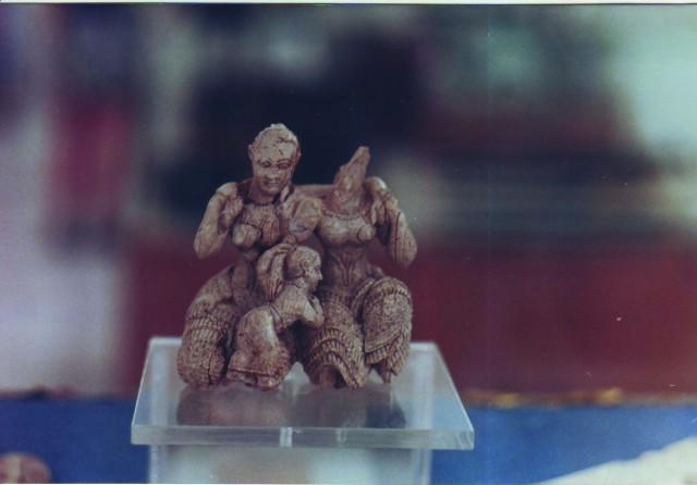 le due dee avorio XV sec. a.C. Atene Museo Nazionale